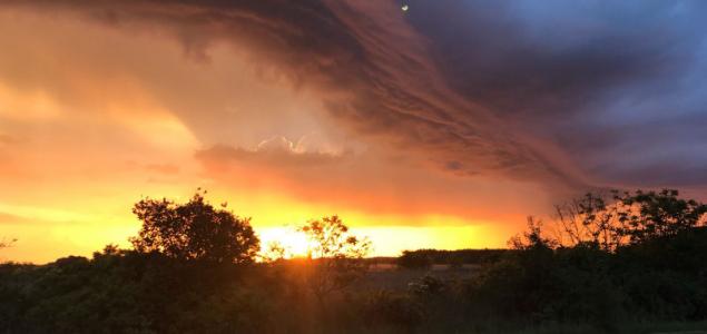 Festői naplemente színes felhőkkel, szivárványokkal