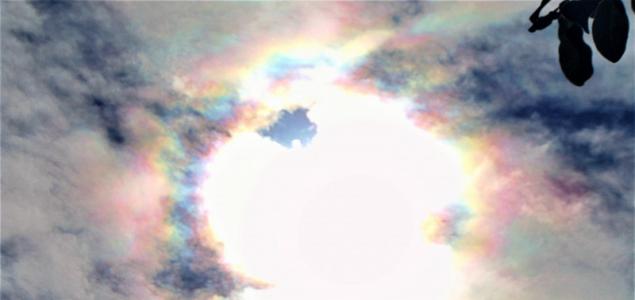 A szivárvány színeit öltötték magukra a felhők