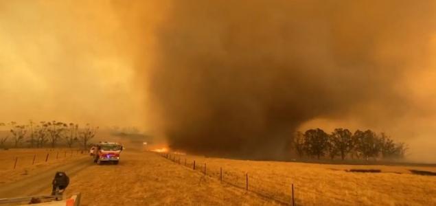Füst és hamu keltett hatalmas forgószelet Ausztráliában