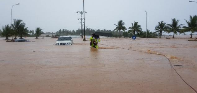 Trópusi vihar mosta el Omán déli partvidékét