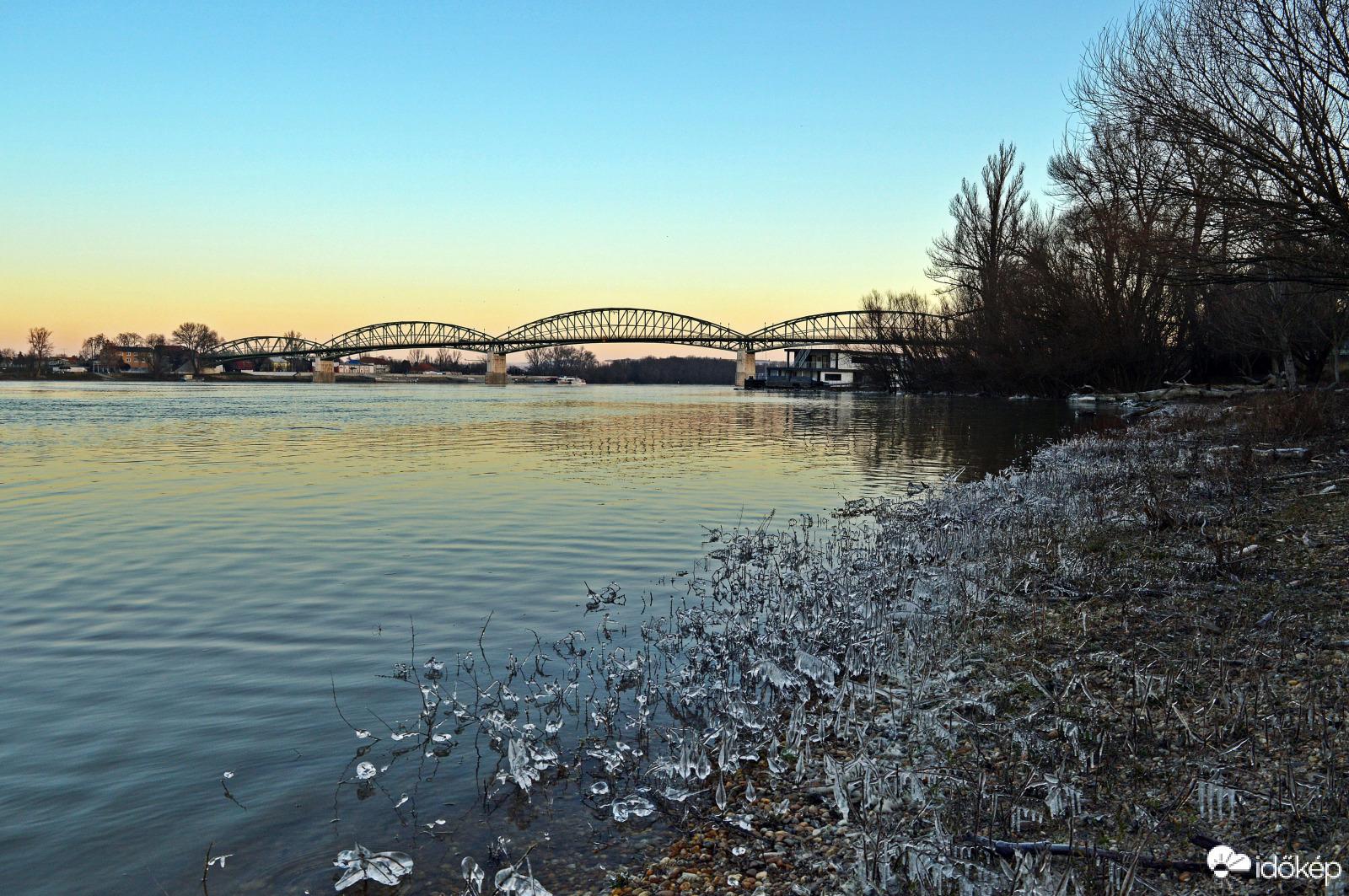 A Duna mentén is hízik a jégvilág