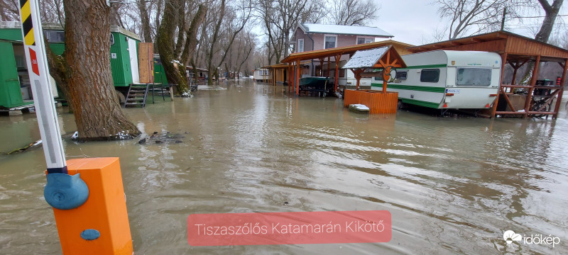 Hosszú tetőzés, lassú apadás a Tiszán